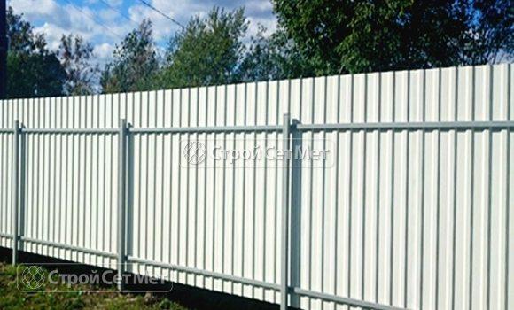Фото 84. Забор из профлиста профнастила металлопрофиля МП-20 белый обратная сторона