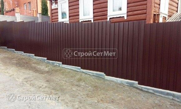 Фото 441. Забор из профлиста профнастила металлопрофиля коричневый 8017
