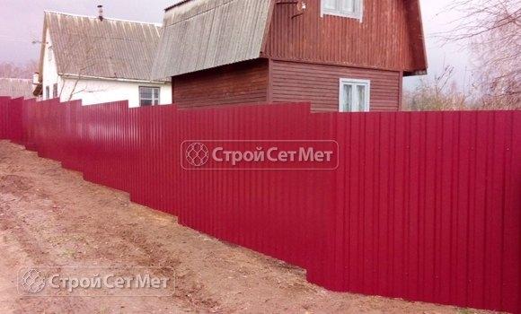 Фото 443. Забор из профлиста профнастила металлопрофиля красный 3011