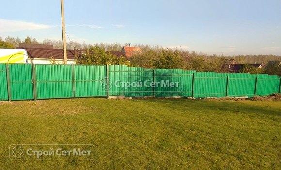Фото 455. Забор из профлиста профнастила металлопрофиля светло-зеленый, салатовый 6002 зеленый лист