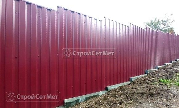 Фото 457. Забор из профлиста профнастила металлопрофиля винно-красный 3005