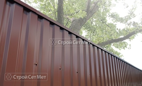 Фото 470. Забор из профлиста профнастила металлопрофиля коричневый 8017