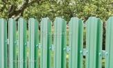 Забор из металлического зеленого штакетника коричневый фото, из евроштакетника зеленый, купить под ключ, установка, монтаж
