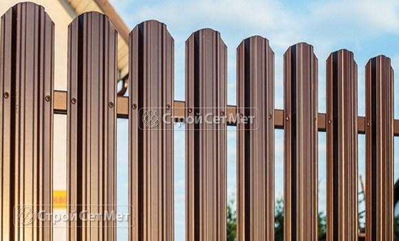 Фото 19. Забор из металлического одностороннего штакетника, из евроштакетника коричневый RAL 8017