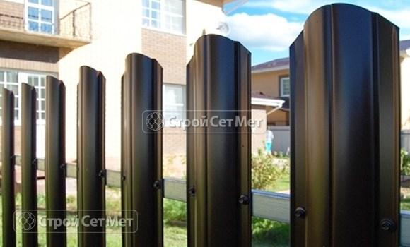 Фото 21. Забор из металлического одностороннего штакетника, из евроштакетника коричневый RAL 8017