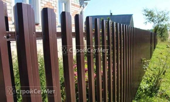 Фото 22. Забор из металлического одностороннего штакетника, из евроштакетника коричневый RAL 8017
