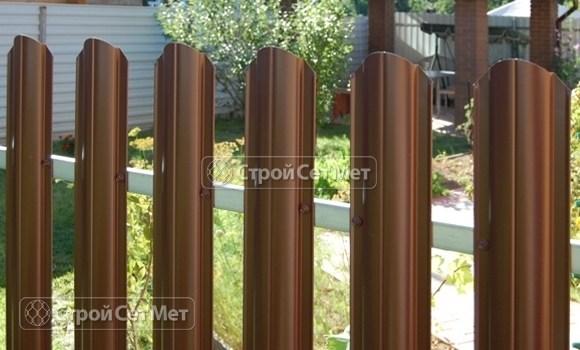 Фото 10. Забор из металлического одностороннего штакетника, из евроштакетника коричневый RAL 8017