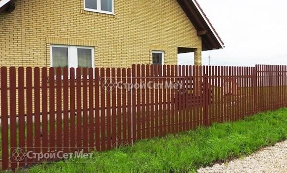 Фото 77. Забор из металлического одностороннего штакетника, из евроштакетника коричневый RAL 8017