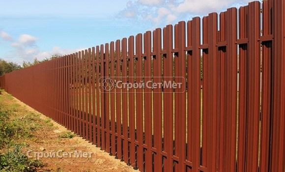 Фото 72. Забор из металлического двухстороннего штакетника, из евроштакетника коричневый RAL 8017
