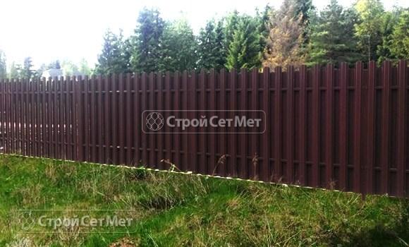 Фото 71. Забор из металлического двухстороннего штакетника, из евроштакетника коричневый RAL 8017