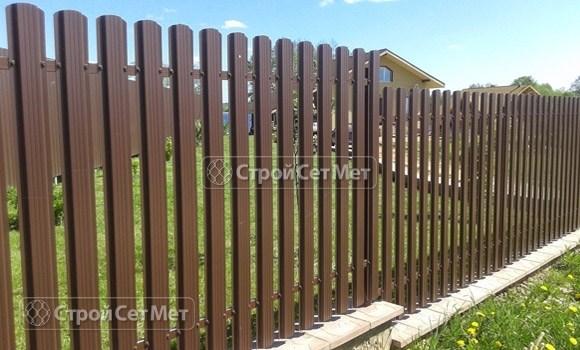 Фото 67. Забор из металлического одностороннего штакетника, из евроштакетника коричневый RAL 8017