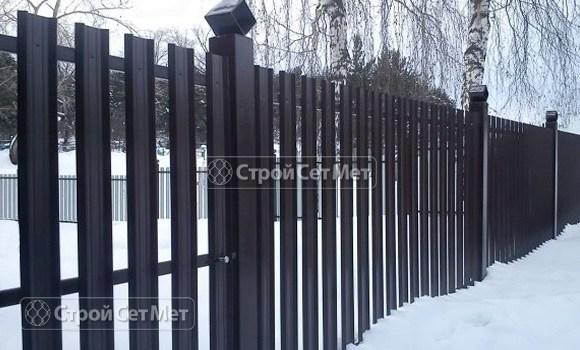 Фото 65. Забор из металлического одностороннего штакетника, из евроштакетника цвет черная смородина RAL 9005