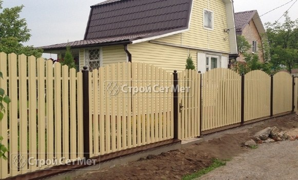 Фото 64. Забор из металлического одностороннего штакетника, из евроштакетника желтый цинк (слоновая кость) RAL 1014 (RAL 1015)