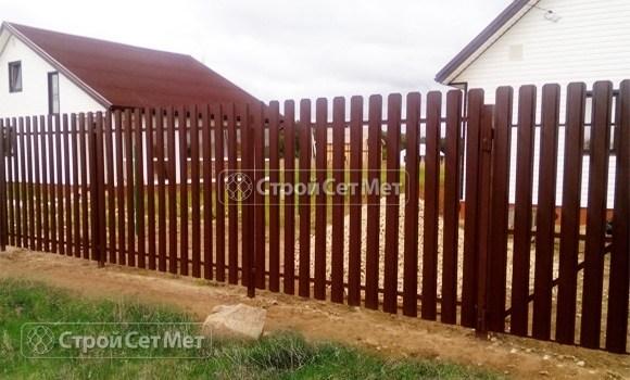 Фото 59. Забор из металлического одностороннего штакетника, из евроштакетника коричневый RAL 8017
