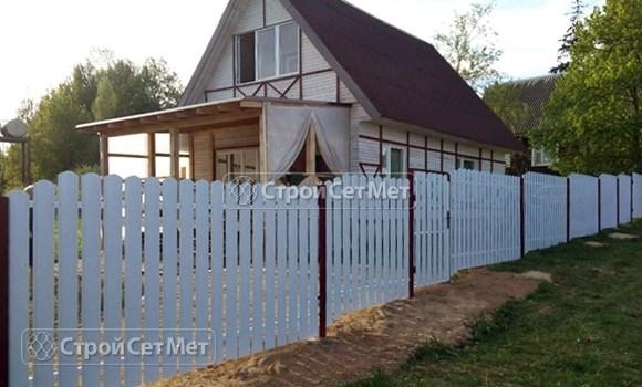 Фото 104. Забор из металлического одностороннего штакетника, из евроштакетника белый RAL 9003