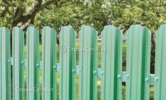 Фото 114. Забор из металлического одностороннего штакетника, из евроштакетника цвет морская волна RAL 5021