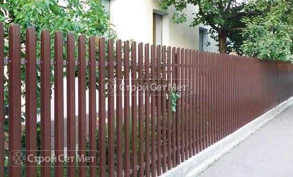 Фото 122. Забор из металлического одностороннего штакетника, из евроштакетника коричневый RAL 8017