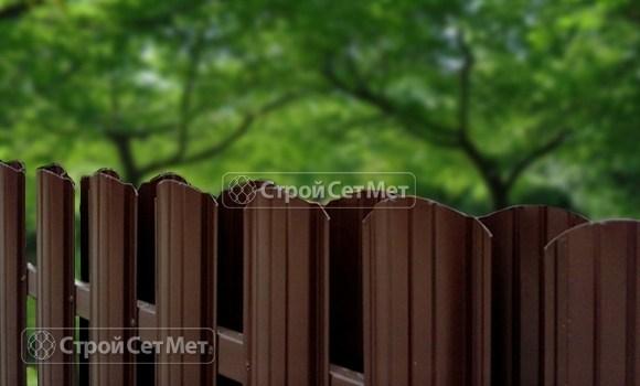 Фото 129. Забор из металлического двухстороннего штакетника, из евроштакетника коричневый RAL 8017