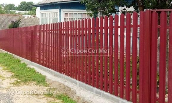 Фото 475. Забор из металлического одностороннего штакетника, из евроштакетника винно-красный RAL 3005