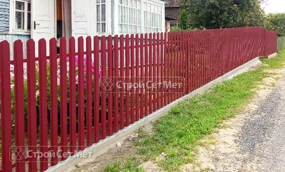 Фото 476. Забор из металлического одностороннего штакетника, из евроштакетника винно-красный RAL 3005