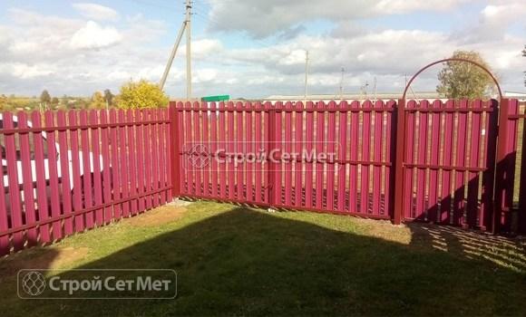 Фото 478. Забор из металлического одностороннего штакетника, из евроштакетника винно-красный RAL 3005 (обратная сторона)