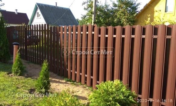 Фото 482. Забор из металлического двухстороннего штакетника, из евроштакетника коричневый RAL 8017