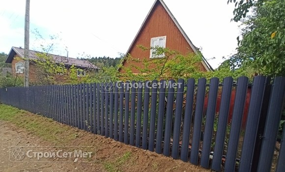 Фото 483. Забор из металлического одностороннего штакетника, из евроштакетника серый графит RAL 7024