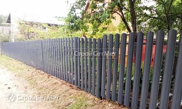 Фото 484. Забор из металлического одностороннего штакетника, из евроштакетника серый графит RAL 7024