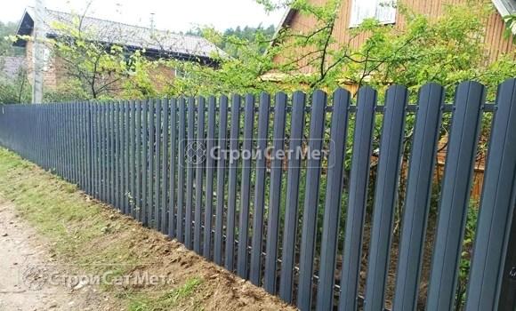 Фото 485. Забор из металлического одностороннего штакетника, из евроштакетника серый графит RAL 7024