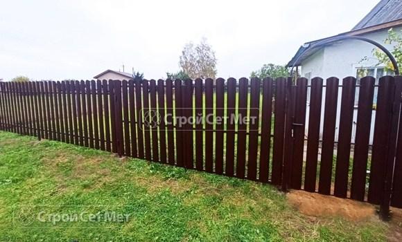 Фото 486. Забор из металлического одностороннего штакетника, из евроштакетника коричневый RAL 8017