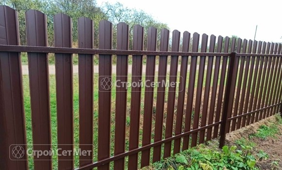 Фото 489. Забор из металлического одностороннего штакетника, из евроштакетника (обратная сторона)