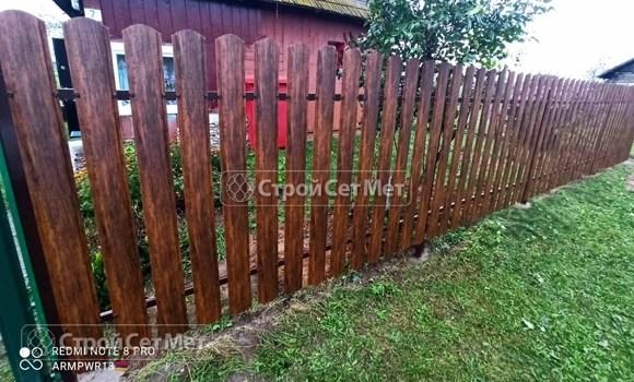 Фото 490. Забор из металлического одностороннего штакетника, из евроштакетника цвет бразильский орех