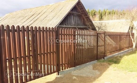 Фото 492. Забор из металлического одностороннего штакетника, из евроштакетника коричневый RAL 8017