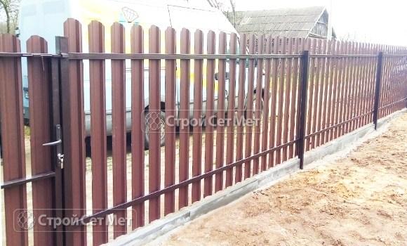 Фото 494. Забор из металлического одностороннего штакетника, из евроштакетника коричневый RAL 8017 (обратная сторона)