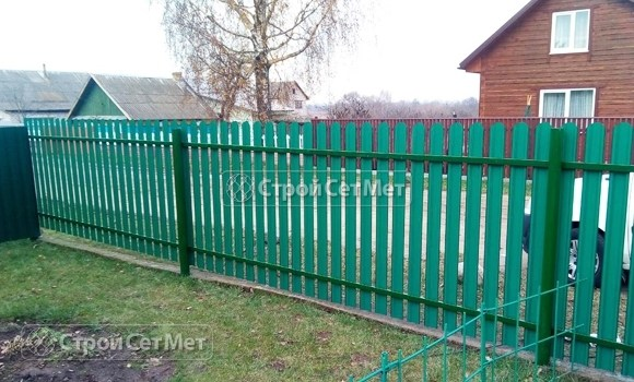 Фото 497. Забор из металлического одностороннего штакетника, из евроштакетника зеленый мох RAL 6005
