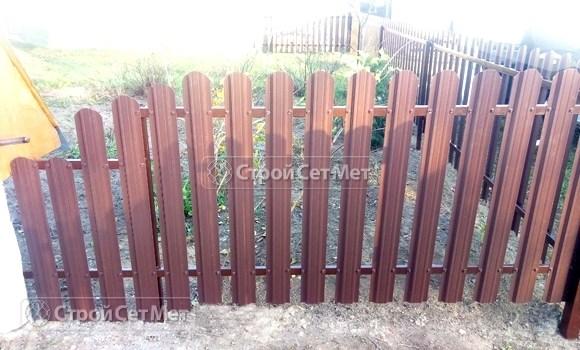 Фото 499. Забор из металлического одностороннего штакетника, из евроштакетника коричневый RAL 8017