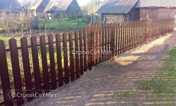 Фото 500. Забор под ключ из металлического одностороннего штакетника, из евроштакетника коричневый RAL 8017