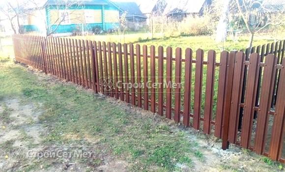 Фото 501. Забор из металлического одностороннего штакетника, из евроштакетника коричневый RAL 8017