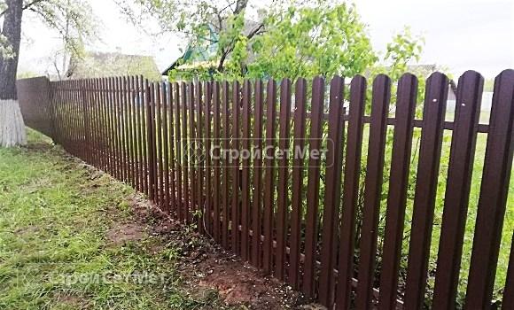 Фото 502. Забор из металлического одностороннего штакетника, из евроштакетника коричневый RAL 8017