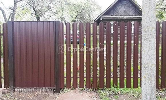 Фото 503. Забор из металлического одностороннего штакетника, из евроштакетника коричневый RAL 8017