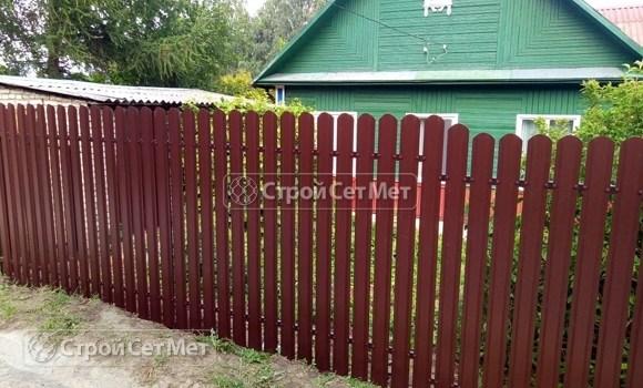 Фото 504. Забор из металлического одностороннего штакетника, из евроштакетника коричневый RAL 8017