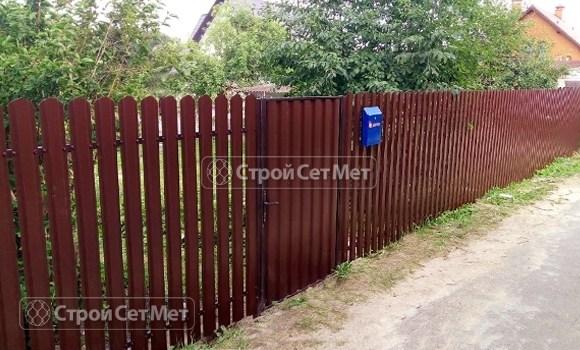Фото 505. Забор из металлического одностороннего штакетника, из евроштакетника коричневый RAL 8017
