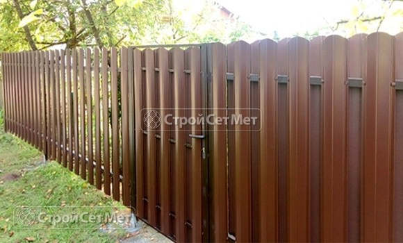 Фото 507. Забор из металлического двухстороннего штакетника, из евроштакетника коричневый RAL 8017