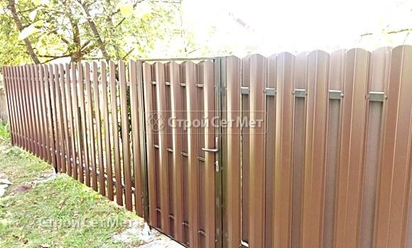 Фото 509. Забор из металлического двухстороннего штакетника, из евроштакетника коричневый RAL 8017