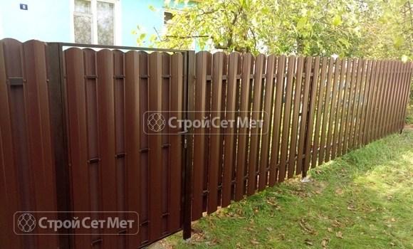 Фото 510. Забор из металлического двухстороннего штакетника, из евроштакетника коричневый RAL 8017