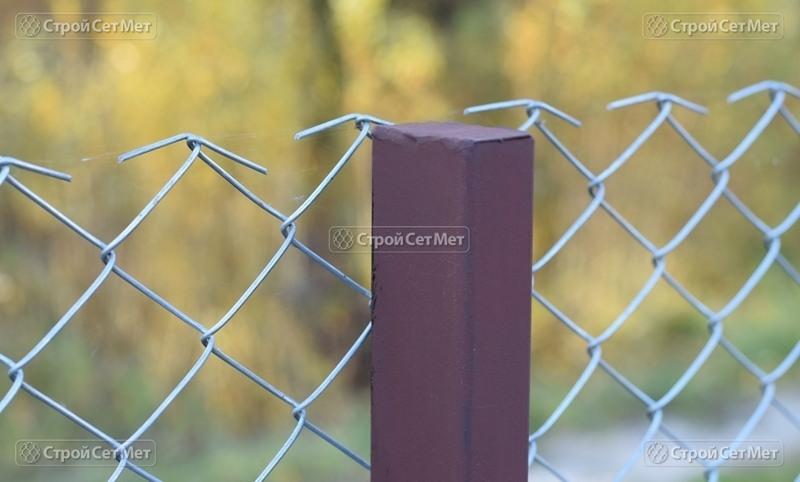 Фото 294. Столб грунтованный с крышкой для сетки рабицы металлический