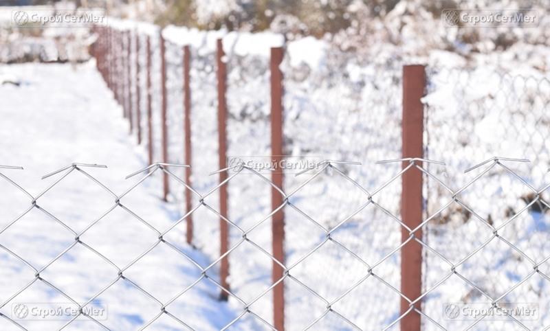 Фото 298. Столбы металлические с крючками на заборе из сетки рабицы