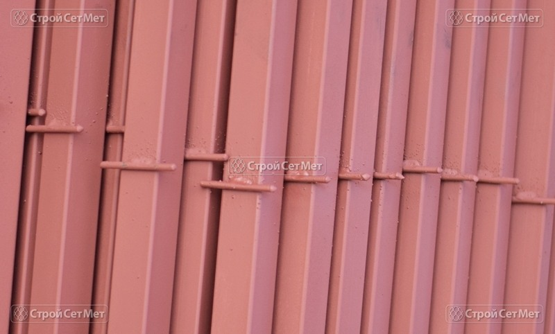 Фото 283. Столбы металлические для сетки рабицы с крючками для забора