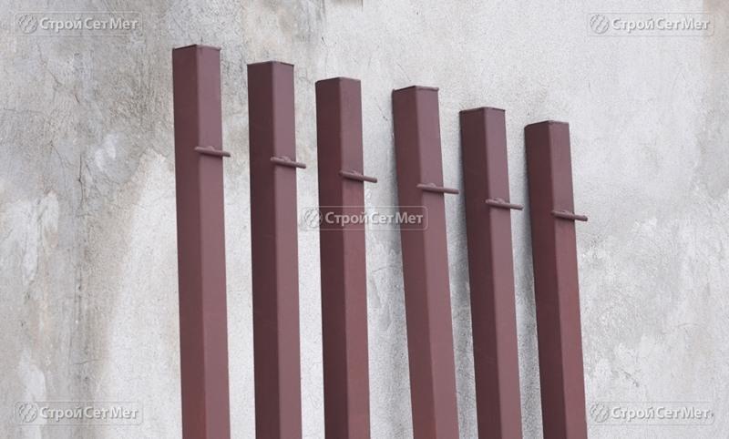 Фото 286. Столбы металлические окрашенные для натяжения сетки рабицы
