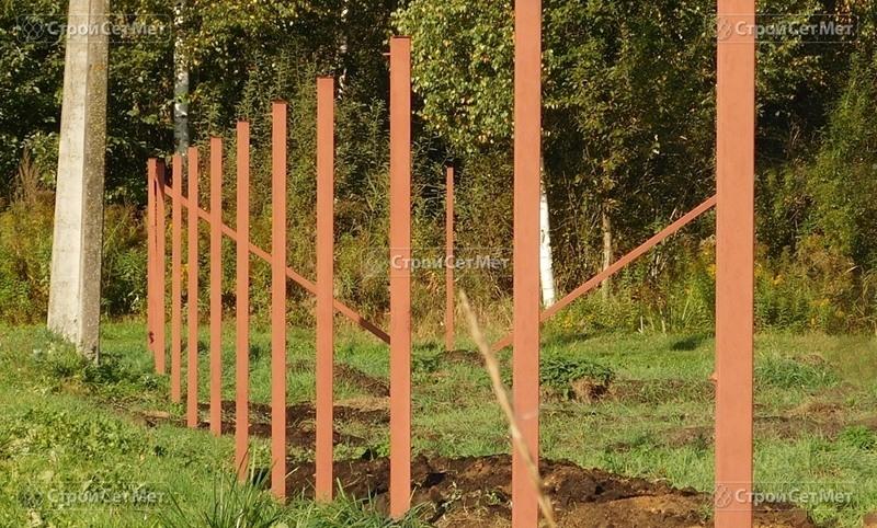 Фото 288. Столбы для забора для сетки рабицы из металла установленные